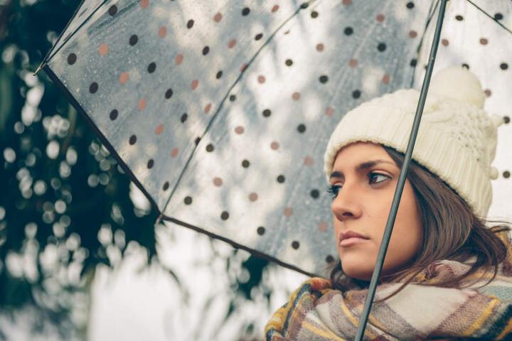 Den Regenschirm sollte man am Wochenende nicht vergessen! (Symbolbild)