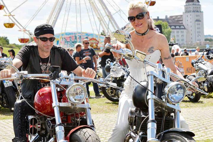 Entspannte Freiheit: Harley-Biker Thomas (50) und Andrea  (49) kommt es nicht auf die Geschwindigkeit an.