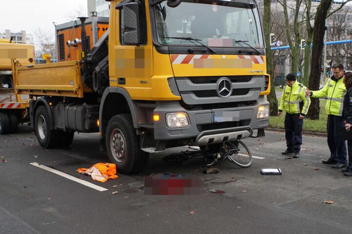 Ein schrecklicher Anblick: Die Blutlache und das Rad unter dem Lkw-Führerhaus.