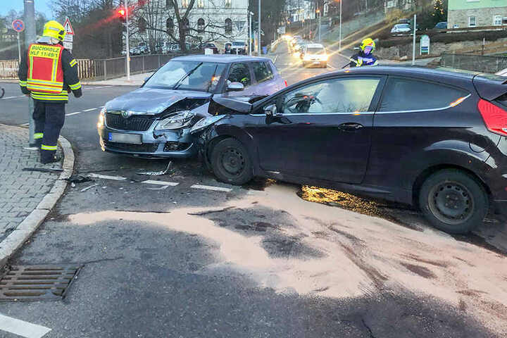 Ein Skoda und ein Ford waren auf der Kreuzung kollidiert.