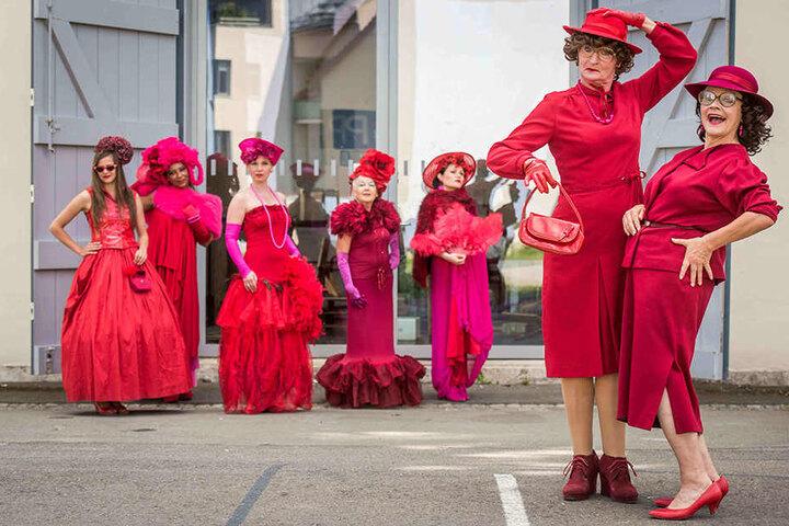 Ganz in Rot und Pink gehüllt, sind die Hobby-Models wahrlich nicht zu übersehen.