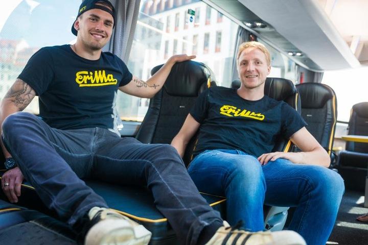 Pascal Testroet (l.) und Marco Hartmann machen es sich im neuen Bus bequem.