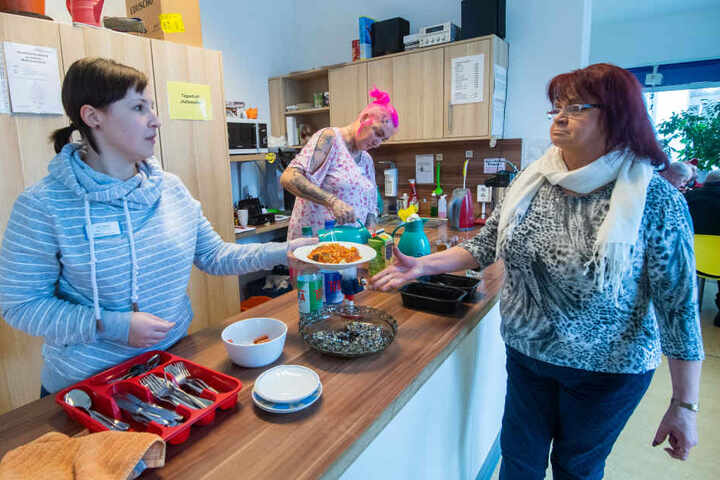 """Im Tagestreff """"Haltestelle"""" teilt Sozialarbeiterin Lisa Hansel (21) warme Mahlzeiten aus."""