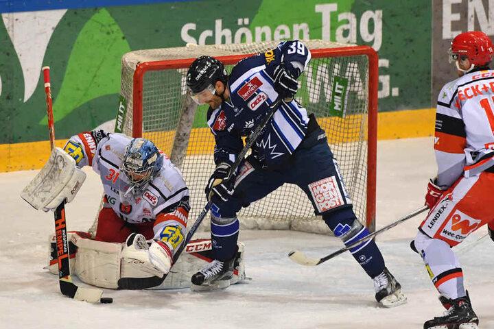 Matt Siddall (#39, Dresden) gegen Goalie Olivier Roy (Crimmitschau).