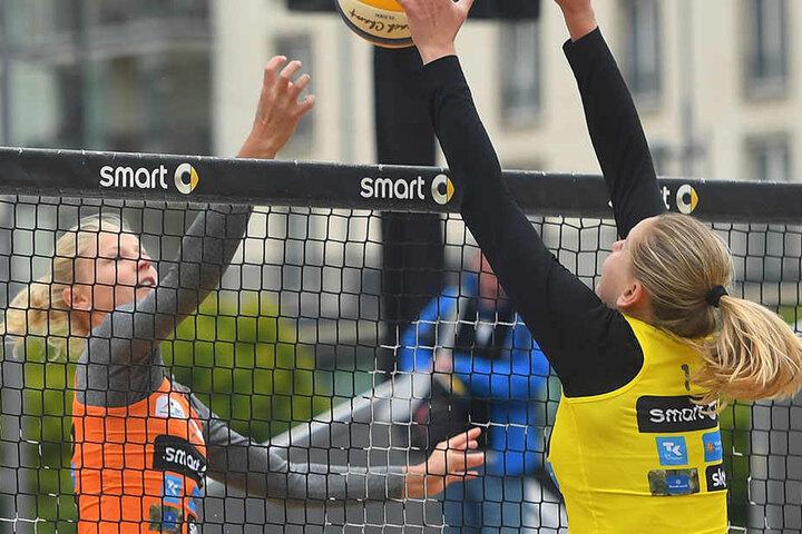 Zwei Sächsinnen im Duell am Netz: Sandra Seyfferth (l) und Anne Matthes.