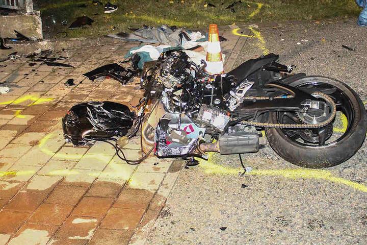 Der Unfall war so heftig, dass der Biker noch an der Unfallstelle verstarb.