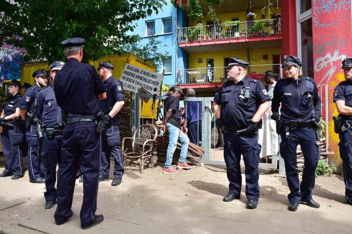 Dutzende Beamte waren am Ende notwendig, um den Verdächtigen festzunehmen.