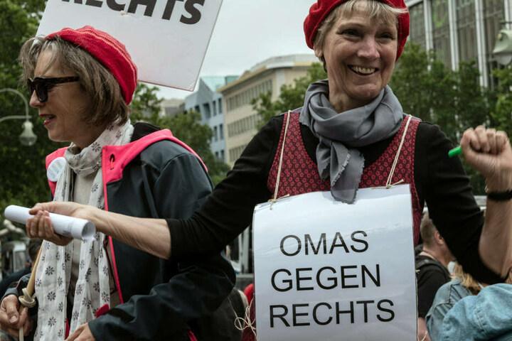 Mit Schildern protestieren die Demonstranten gegen den Volkslehrer.