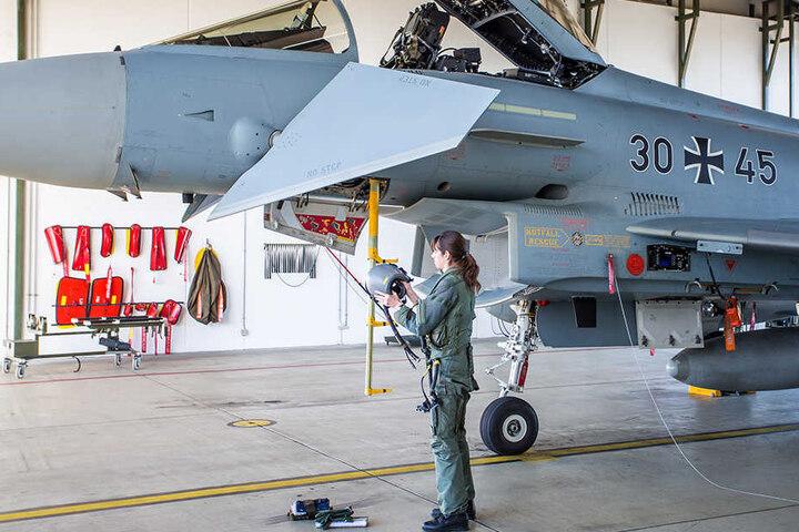 """Major Ulrike Fitzer checkt ihr Flugzeug. Sie ist die erste Frau, die von der deutschen Luftwaffe als Kampfpilotin eingesetzt wurde. Heute ist sie Ausbilderin im Luftwaffengeschwader 73 """"Steinhoff""""."""