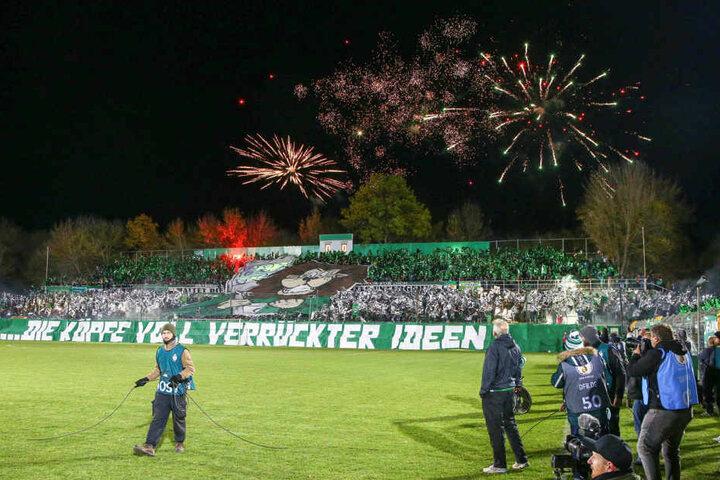 Während beide Mannschaften den Rasen betraten, wurde außerhalb des mit 4999 Zuschauern ausverkauften Stadions ein Feuerwerk gezündet.