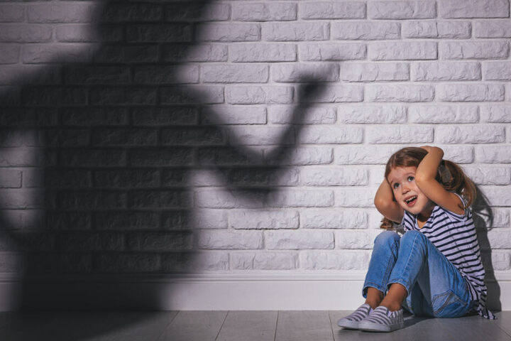 Die Erzieherinnen sollen teilweise gewaltsam Kleinkinder zum Essen und Schlafen gezwungen haben. (Symbolbild)