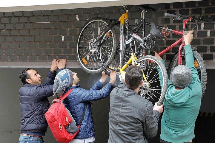 Mit vereinten Kräften und einem Inbusschlüssel konnten die Studenten ihre Räder befreien.