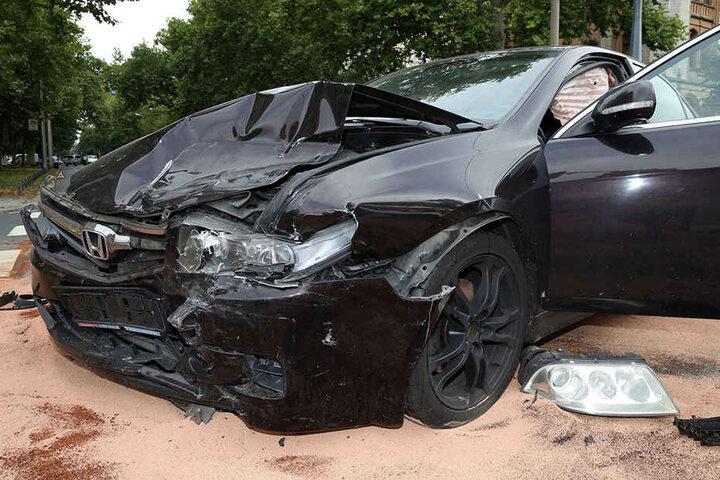 Der Honda-Fahrer musste mit schweren Verletzungen ins Krankenhaus.