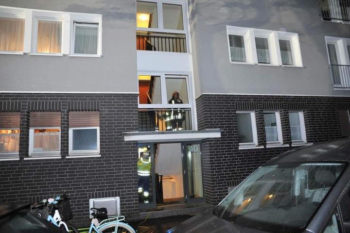 Im zweiten Stock eines Hauses fanden sie die Frau und konnten sie retten.