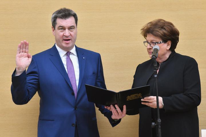 Markus Söder wird von Landtagspräsidentin Barbara Stamm auf das Amt des bayerischen Ministerpräsidenten vereidigt.