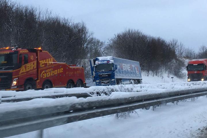 Auf der A4 bei Frankenberg ist ein LKW in den Graben gerutscht.