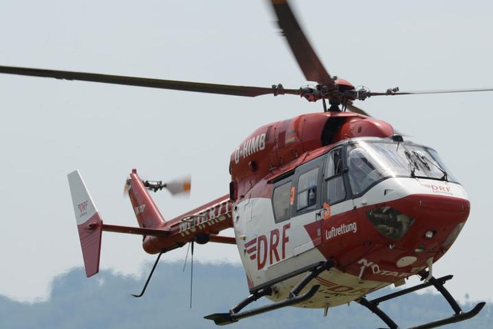 Mit einem Hubschrauber suchte die Polizei nach der Frau, die ins Wasser stieg. (Symbolbild)