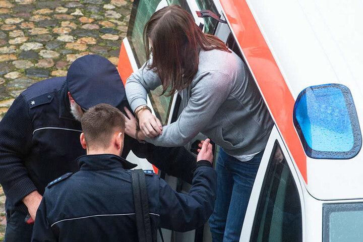 Der Angeklagte steigt in Freiburg vor dem Landgericht aus einem Krankenwagen.
