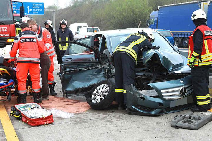 Der Mercedes erlitt bei dem Unfall auf der A4 Totalschaden.