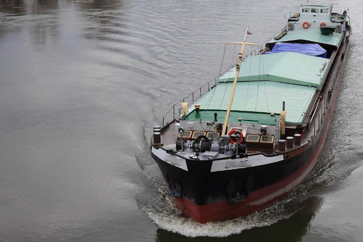 Ein Schiff fährt auf dem Rhein. (Symbolbild)