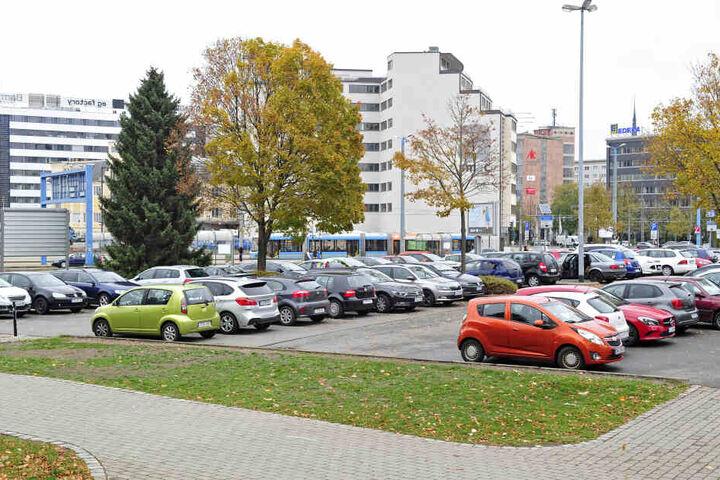 """Auf Parkplätzen landen viele weggeworfene Werbekärtchen. Für den ASR """"ein erhöhter Reinigungsaufwand""""."""