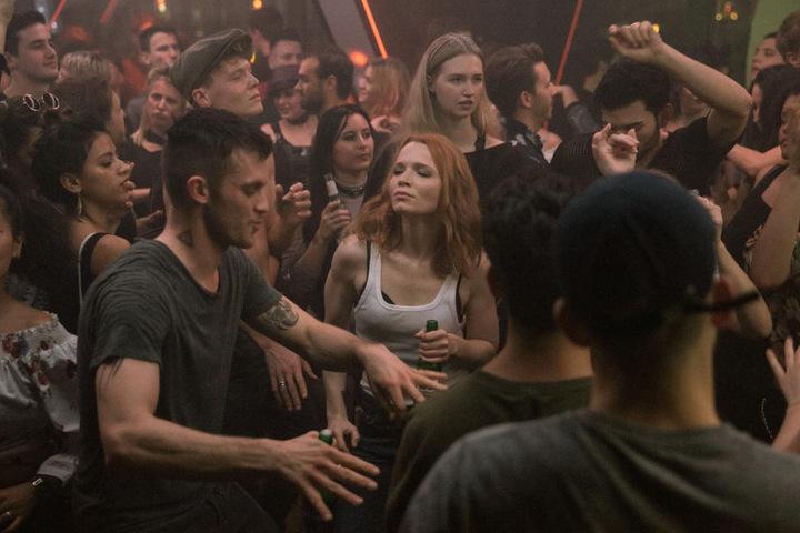 """Club-Promoter Beat (Jannis Niewöhner) zeigt Emilia (Karoline Herfurth) seine Welt - eine Szene aus der ersten Staffel der siebenteiligen Serie """"BEAT"""" zeigen."""