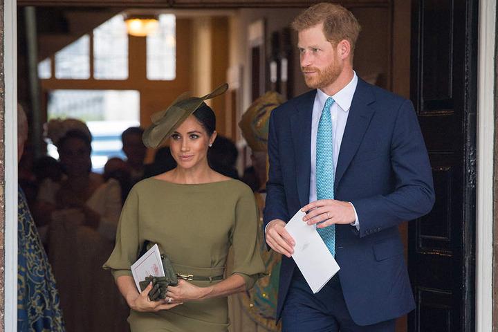 Herzogin Meghan und Prinz Harry kommen nach der Taufe von Prinz Louis aus der Kapelle des St.-James's-Palastes.