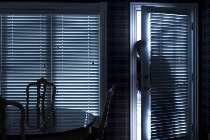 Unbekannte Täter drangen gewaltsam über die Terrassentür ins Haus ein und durchsuchten die Räume. (Symbolbild)