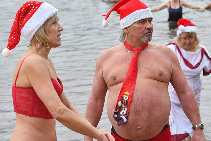 Mit Weihnachtsmütze und Schlips: Gebadet wird eben auch am 1. Weihnachtsfeiertag.