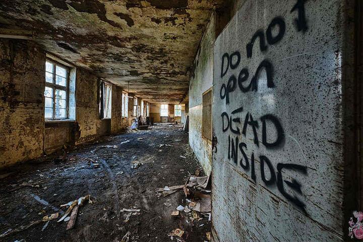"""""""Do not open. DEAD INSIDE"""" steht groß an der Wand. Ob da etwas Wahres hinter steckt?"""