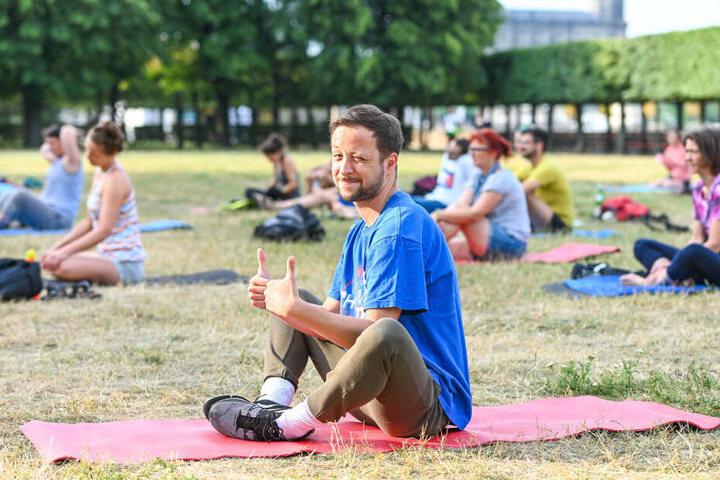 TAG24-Reporter Sebastian Tangel (32) bei einer Entspannungsübung zu Beginn der Lachyoga-Session.