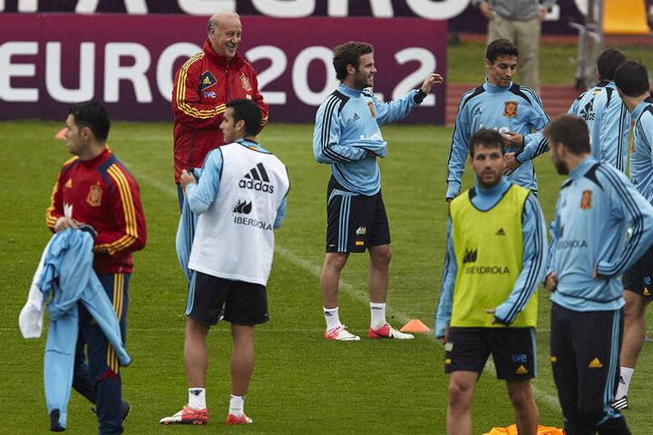 Spaniens damaliger Nationaltrainer Vicente del Bosque (hinten) hatte mit seinen Stars viel Spaß in Gniewino