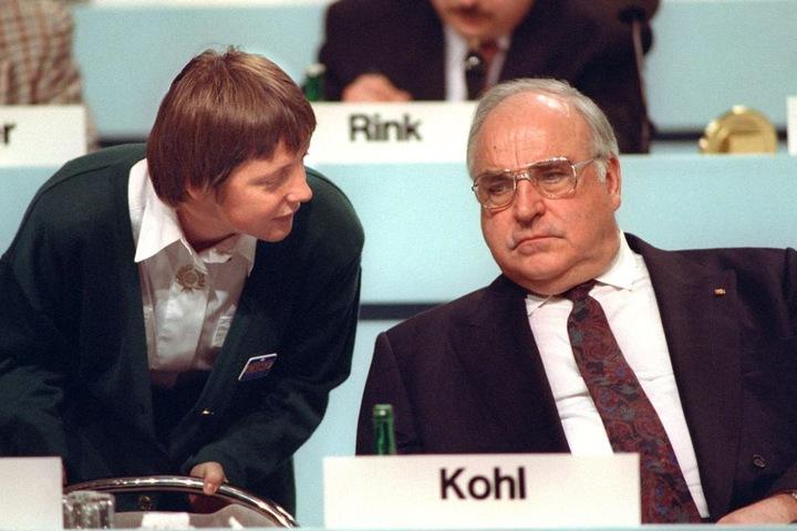 """Kohl 1994 mit der damaligen Bundesministerin für Frauen und Jugend, Angela Merkel (CDU), die er immer """"Mein Mädchen"""" nannte."""