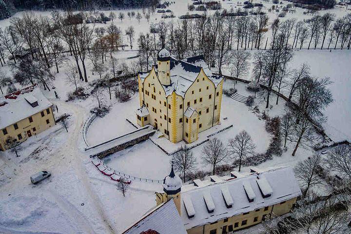 Weiße Pracht: Das Wasserschloss Klaffenbach wurde im Winter fotografiert.