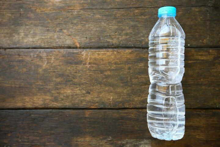 Eine kalte Flasche Wasser löste bei dem 27-Jährigen einen Herzinfarkt aus. (Symbolbild)