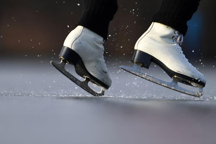 """Kufenspaß pur heißt es bei """"Weimar on Ice"""" auf dem Theaterplatz."""