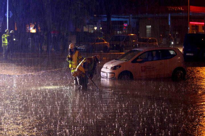 Überschwemmungen, Hagel, umgestürzte Bäume Unwetter-Alarm im Westen!
