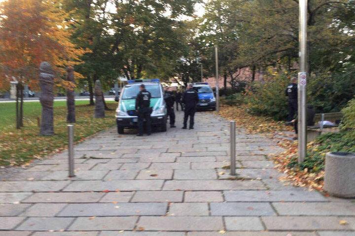 Landes- und Bereitschaftspolizei filzen Donnerstagabend Passanten in der Chemnitzer Innenstadt.