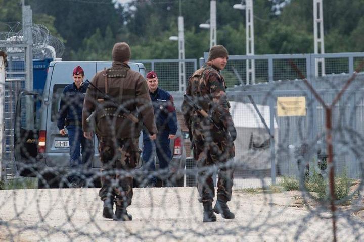 Soldaten patrouillieren in einer der neunen Transitzonen.