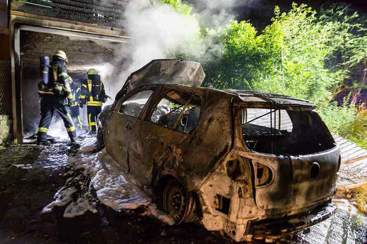 Der Volkswagen brannte komplette aus.