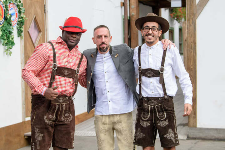 Franck Ribery mit zwei Freunden auf dem Oktoberfest 2018: Der Ex-Bayernstar vermisst die Wiesn.