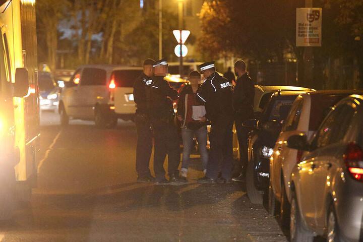 Polizisten am Abend vor dem Haus.