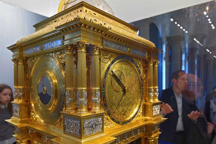 Die vergoldete Planetenuhr steht im Zentrum der neuen Ausstellung im  Mathematisch-Physikalischen Salon im Zwinger.
