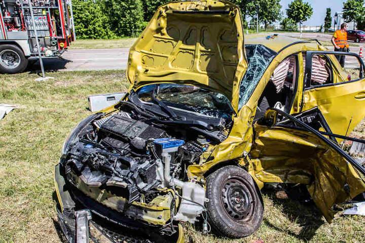 Der Mazda wurde bei dem Zusammenprall komplett zerstört.