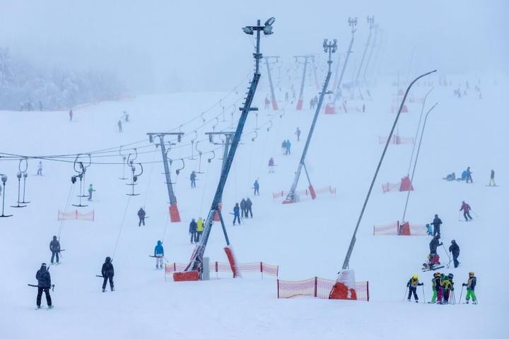 """Zu der Veranstaltung """"Snow Fun Oberwiesenthal"""", die am Freitagabend von Skisprung-Olympiasieger Jens Weißflog eröffnet werden und bis Sonntag dauern sollte, wurden zahlreiche Besucher im Erzgebirge erwartet. (Symbolbild)"""