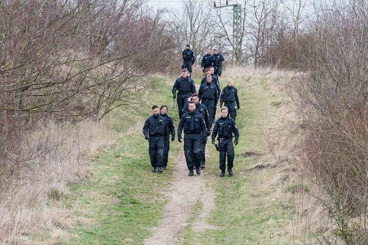 Bei der Suche durchkämmten die Einheiten ein Gelände an der Bahnstrecke in Weimar-West.