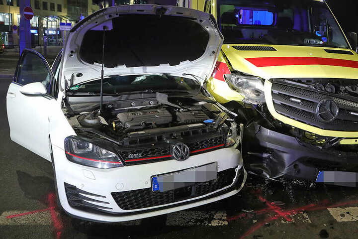 Der Fahrer des Golf wurde verletzt, der Patient aus dem Rettungswagen mit einem anderen Fahrzeug ins Krankenhaus gebracht.