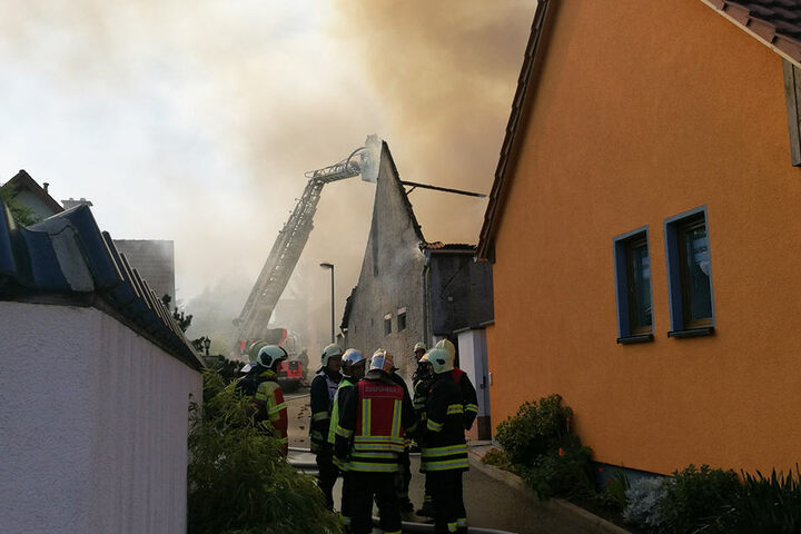 Rasend schnell fraß sich das Feuer durch das komplette Dach.