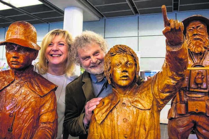 """""""Sauensäger"""" Andreas Martin (62) mit Ehefrau Steffi und seinen Figuren in Dresden."""