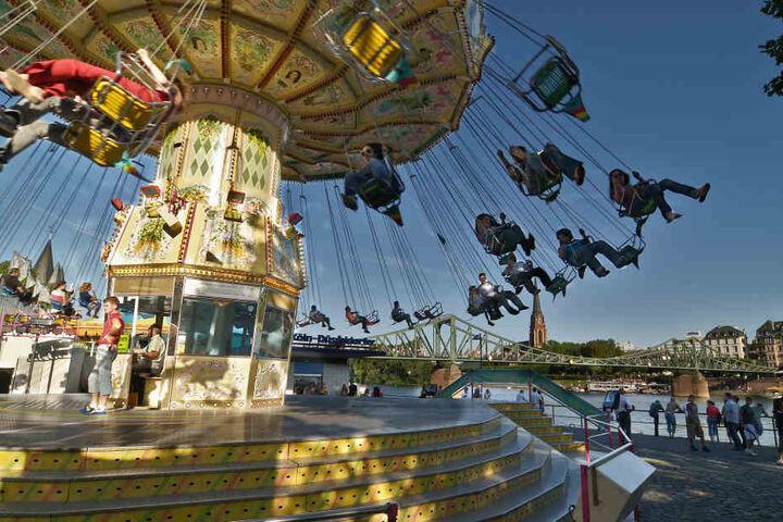 Das Kettenkarussell ist nur eine von vielen Attraktionen des Frankfurter Mainfestes.